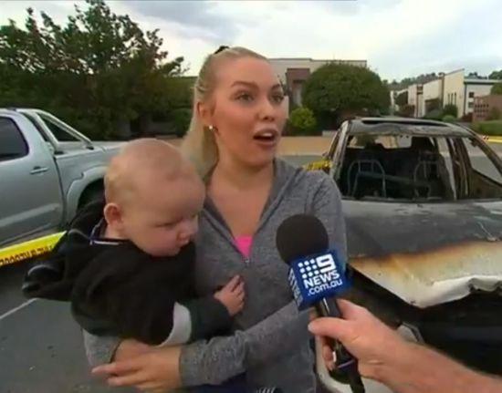 У Австралії камери зафільмували, як жінка рятує двох малюків з машини у вогні