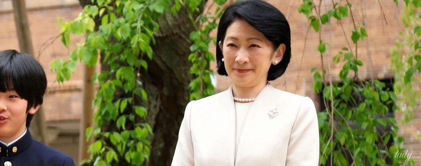 В элегантном костюме и с жемчужным ожерельем: японская принцесса Кико с семьей посетила школу