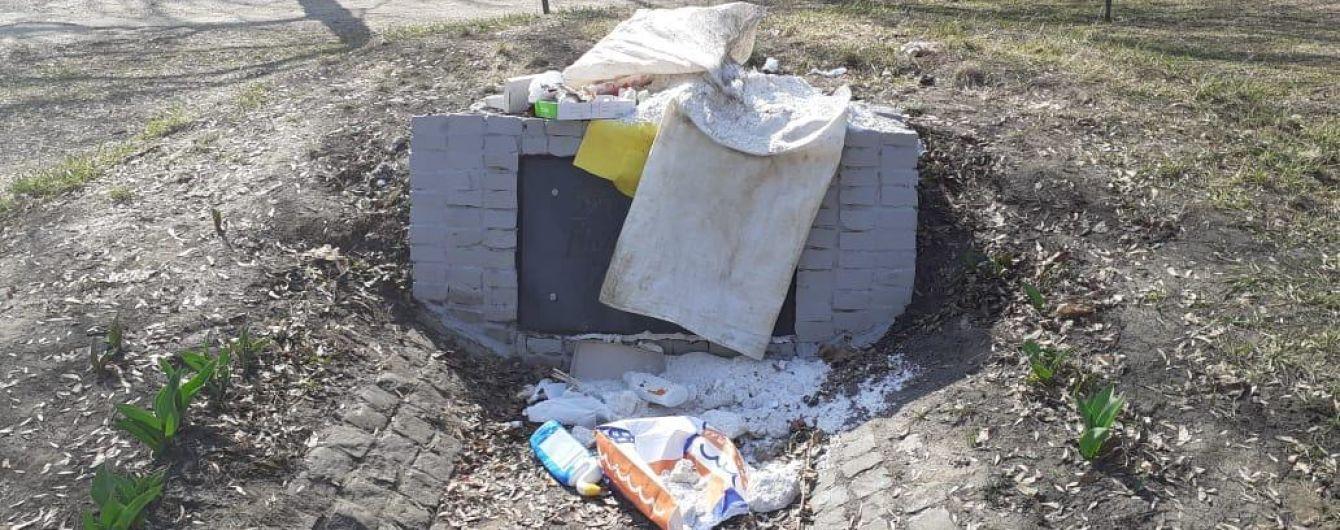В Харькове неизвестные засыпали отходами памятный знак УПА