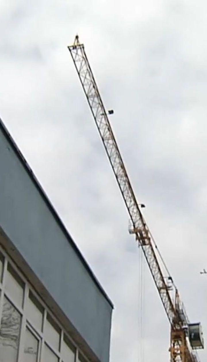 В Киеве над головами школьников установили очень высокий строительный кран