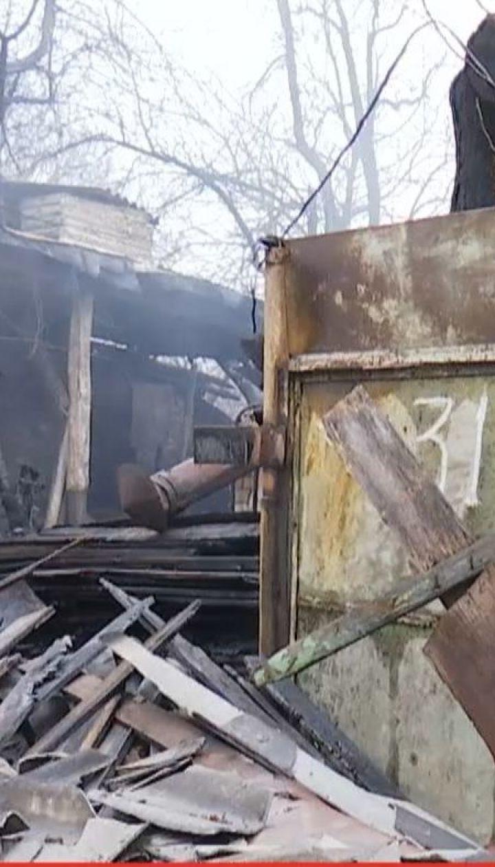 На столичному Подолі пожежа вщент зруйнувала приватний будинок та гараж