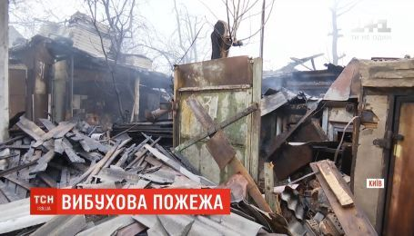 На столичном Подоле пожар полностью разрушил частный дом и гараж