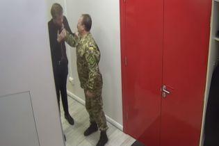 Схватил за горло и порвал рубашку: скандальный депутат Барна набросился на сторонника Зеленского
