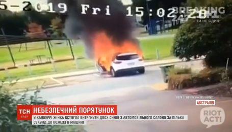 В Австралии женщина успела вытащить детей из машины за несколько секунд до пожара