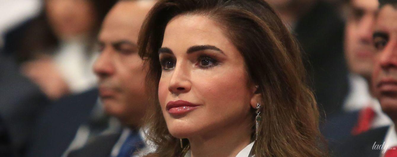 В черном костюме и белой блузке: элегантная королева Рания на деловом мероприятии