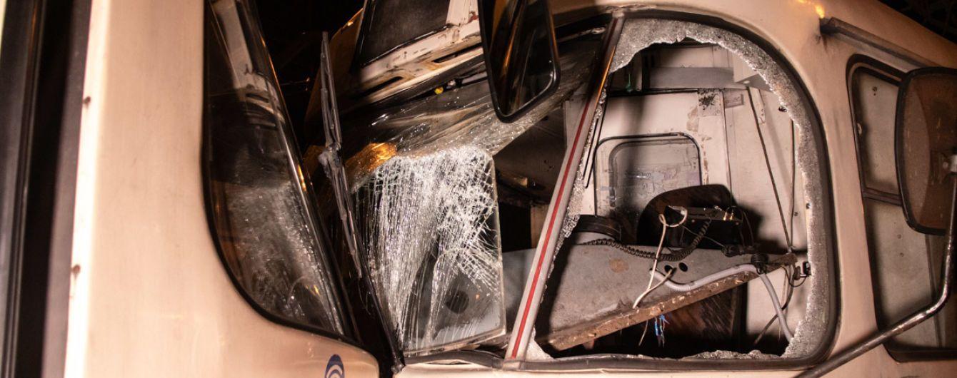 В Киеве лоб в лоб столкнулись трамваи, трех пассажиров госпитализировали