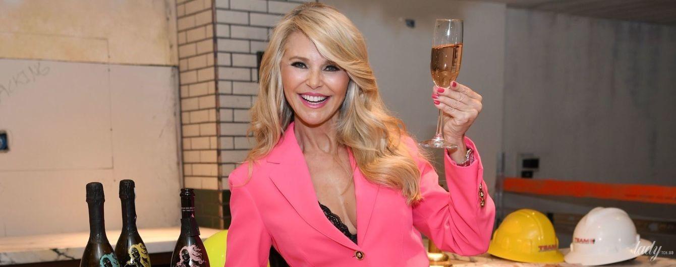 В топі бюст'є та рожевому костюмі: ефектна Крісті Брінклі сходила на вечірку