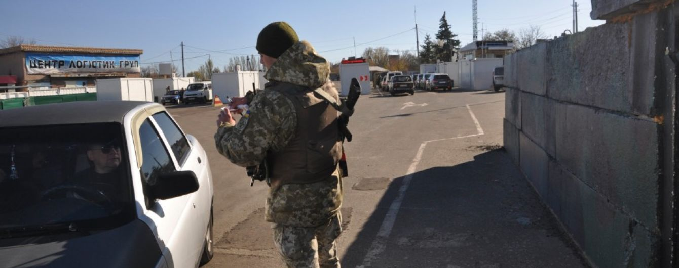 """Пропускний пункт """"Мар'їнка"""", який обстріляли бойовики, відновив роботу"""