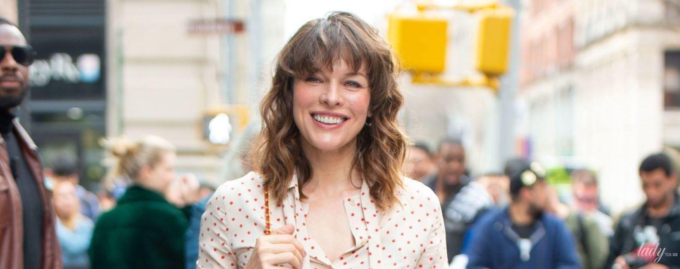 В блузке в горох и блестящих шортах: Мила Йовович в необычном образе в Нью-Йорке
