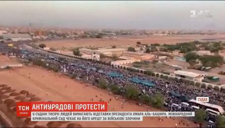 Тысячи человек в Судане требуют отставки президента Омара аль-Башира