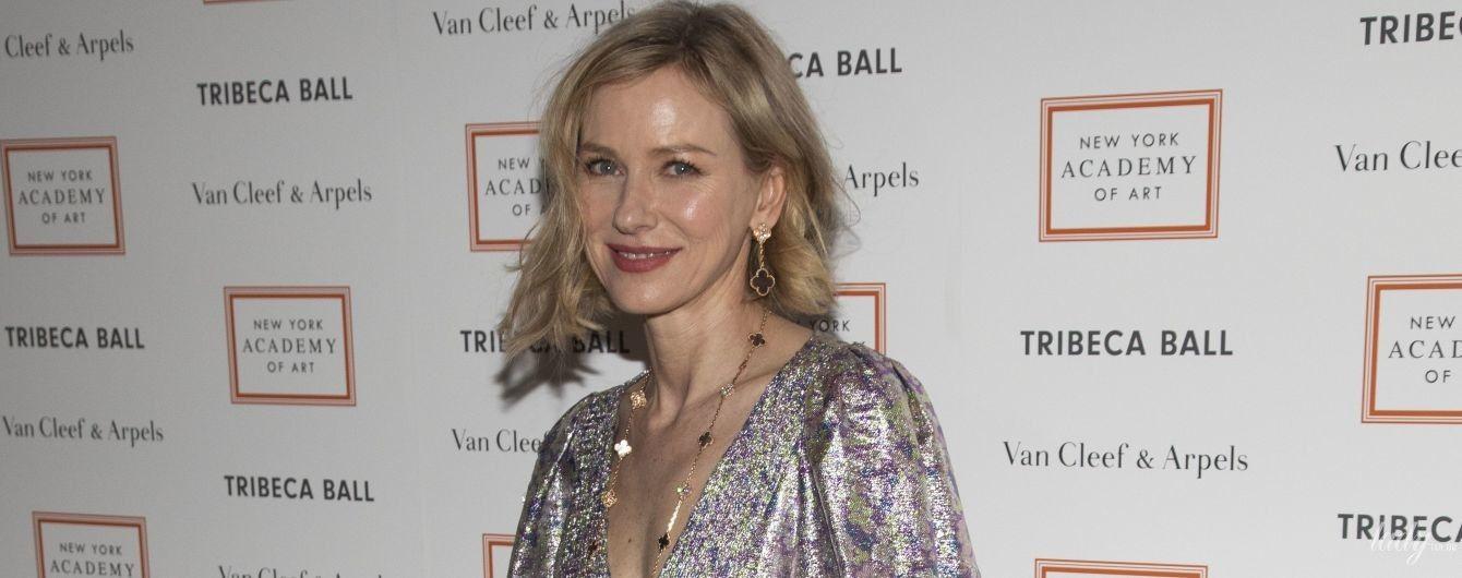 В макси-платье с глубоким декольте: Наоми Уоттс на благотворительном балу в Нью-Йорке