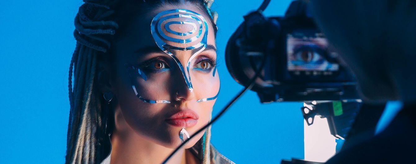 Это было эффектно: Анна Добрыднева в новом клипе излучила электрическое свечение