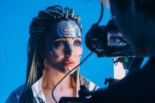 Це було ефектно: Анна Добриднєва у новому кліпі випромінила електричне світіння