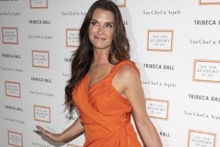 В ярком платье и забавных туфлях: Брук Шилдс на Tribeca Ball в Нью-Йорке