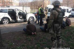 У Києві правоохоронці затримали іноземців, які зі стріляниною вимагали кошти у підприємця на овочебазі