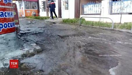 В Харькове из-под земли забил фонтан, а улица превратилась в реку