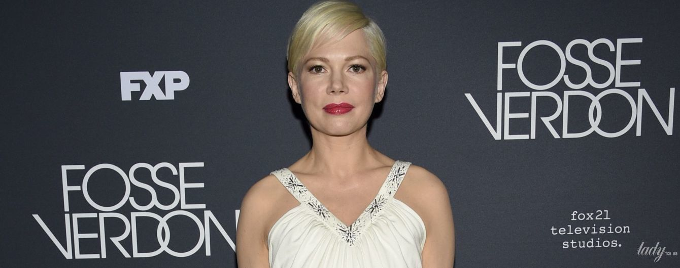 Романтичная и нежная: Мишель Уильямс в белом платье Louis Vuitton блистала перед фотографами