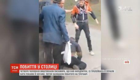 Молодики викинули з тролейбуса чоловіка і відгамселили його