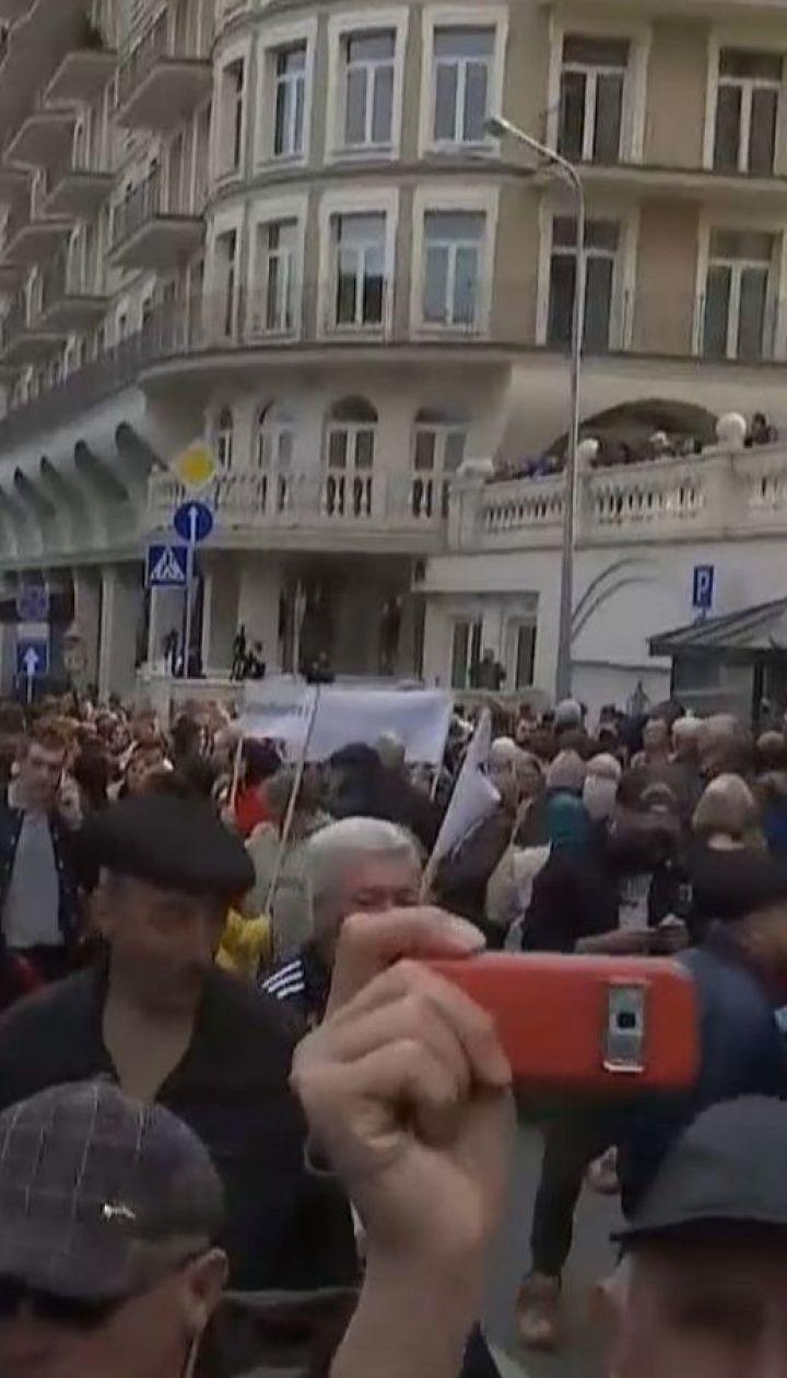 Пенсионеры, блогеры и молодые парни протестовали под штабом Зеленского