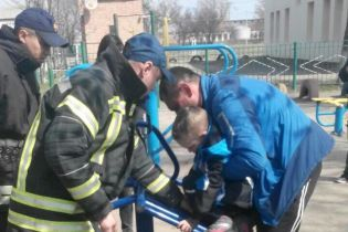 На Кировоградщине первоклассник застрял в уличном спортивном тренажере