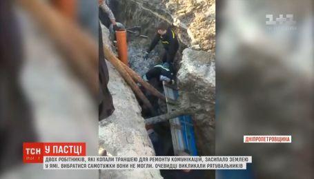 Двух рабочих, которые копали траншею, засыпало землей в яме