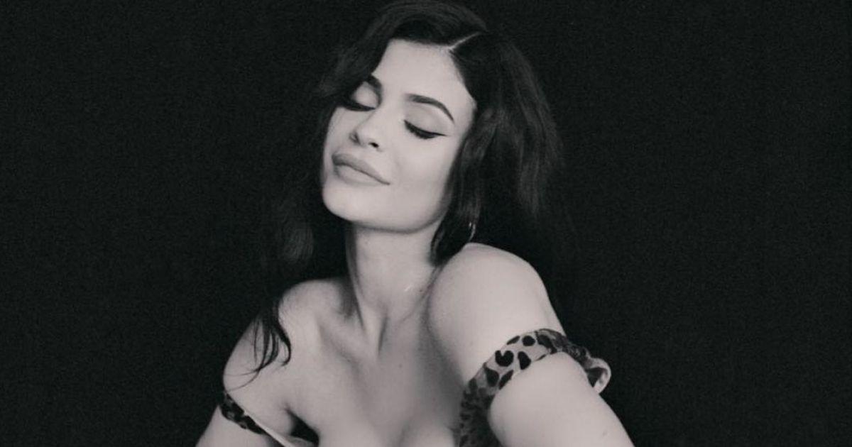 Як завжди, вражає: Кайлі Дженнер похизувалася сексуальними формами в леопардовій сукні