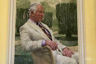 В светлом костюме и лавандовой рубашке: в замке Хиллсборо представили новый портрет принца Уэльского Чарльза