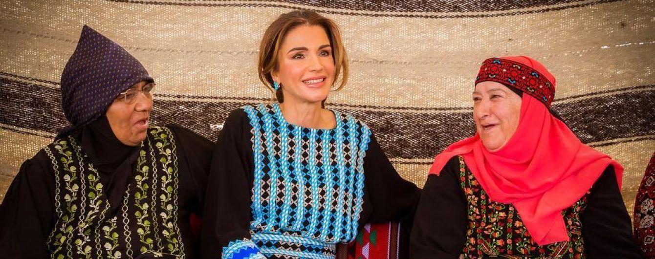 В красивом национальном наряде: королева Рания посетила открытие культурного центра