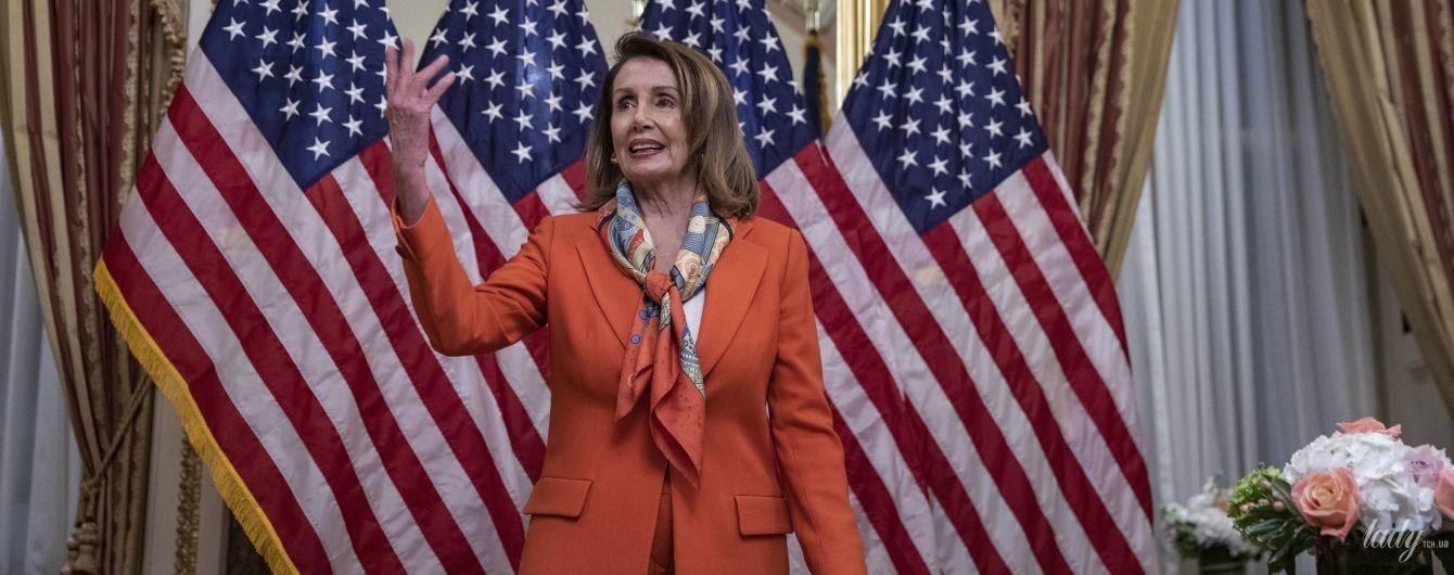 В оранжевом костюме и с пестрым платком: яркий аутфит спикера Палаты представителей США