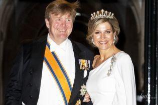 Забыла поправить макияж: королева Максима в роскошном вечернем образе была запечатлена после торжественного обеда