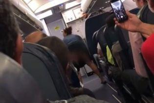 Пьяная пассажирка задрала юбку и станцевала тверк на борту самолета