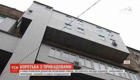 В КГГА начали демонтаж незаконных построек, которые изувечивают фасады домов