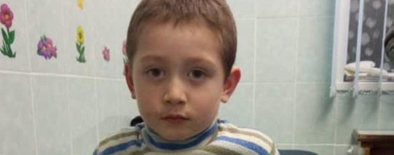 В Киеве потерялся и бегал сам маленький мальчик. Полиция просит помочь разыскать родителей