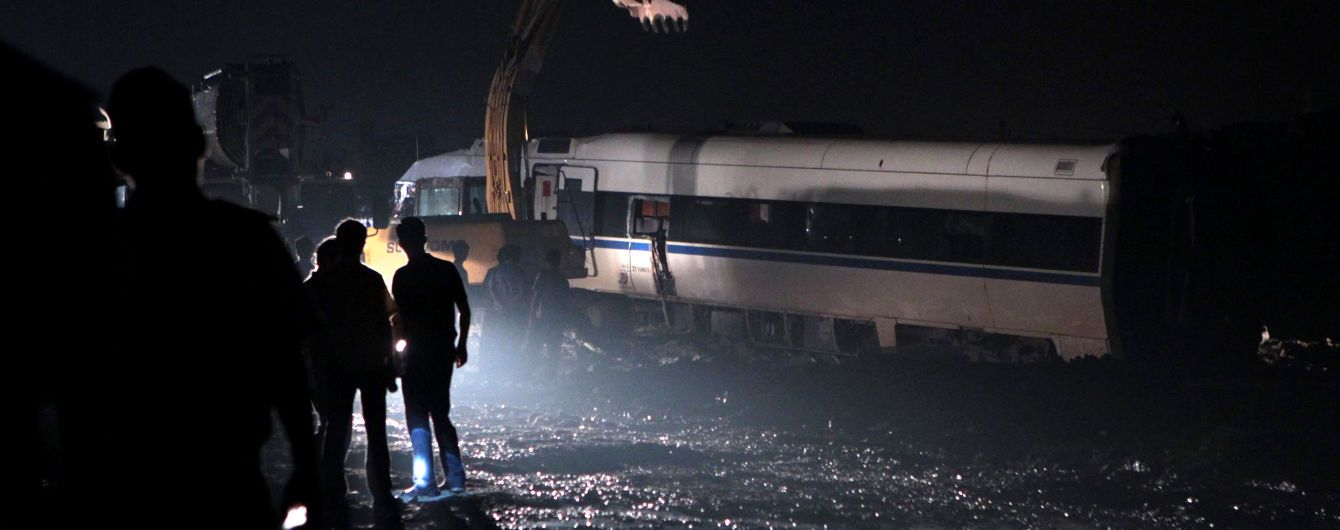 В Китае поезд сошел с рельсов и въехал в здание, шесть человек пропали без вести