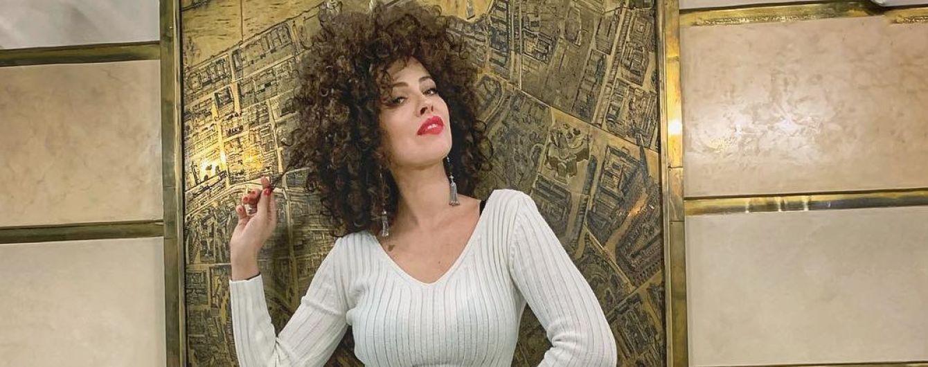 Сидя и стоя: соблазнительная Даша Астафьева показала, как эротично позировать