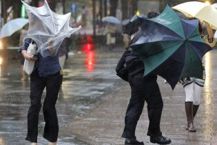 """На Україну суне циклон """"Зехра"""". Синоптики попереджають про шквальний вітер та дощі"""