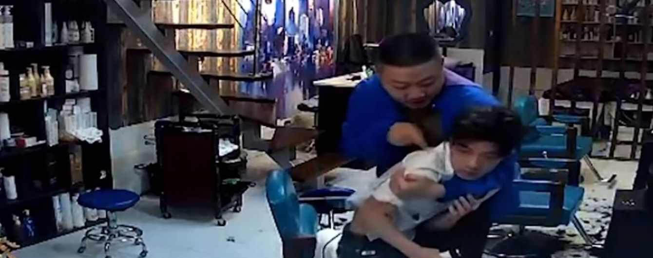 У Китаї камери зафільмували, як незадоволений стрижкою клієнт голить голову перукаря