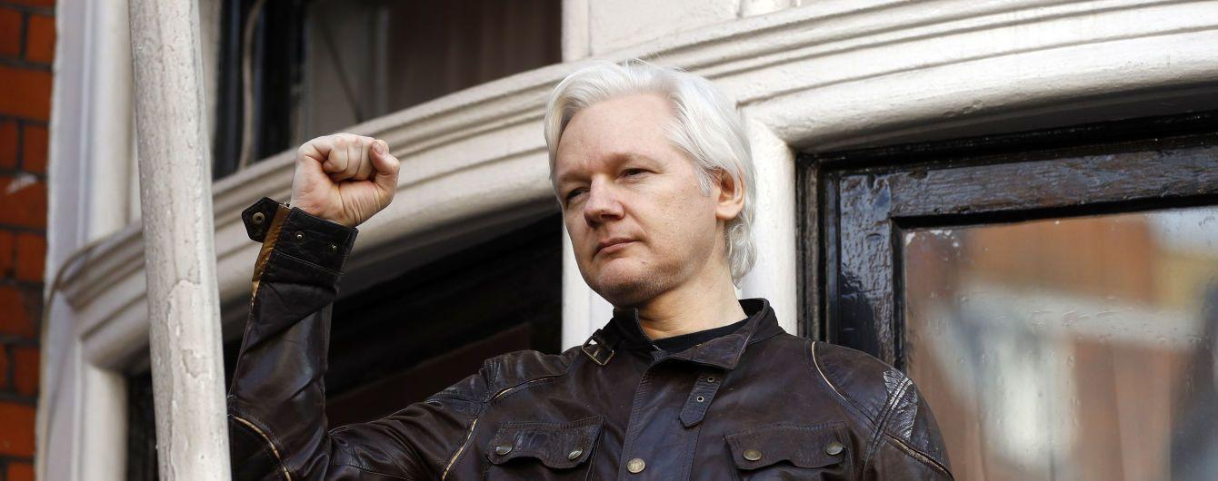 Еквадор скасував надання політичного притулку Ассанжу. Його одразу ж в посольстві заарештувала британська поліція