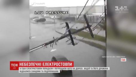 Электростолбы упали на авто во время движения и разбили его