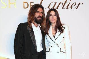 В белом костюме и с возлюбленным: Моника Беллуччи на светском мероприятии в Париже