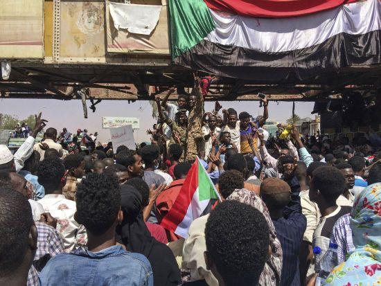 Військові Судану оголосили про відставку президента і розпустили парламент