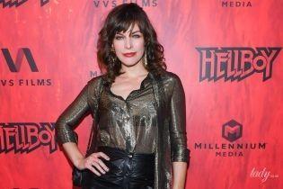 В прозрачной блузке и кожаной мини-юбке: экстравагантная Мила Йовович на премьере фильма в Канаде