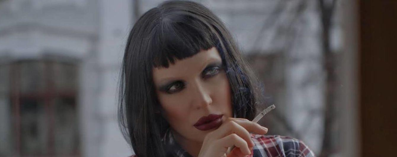Травесті-діва Монро стала брюнеткою та показала стрункі ніжки на балконі