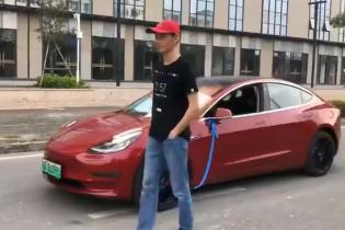 """Сеть насмешило видео с Tesla Model 3, которую """"ведут"""" на поводке"""