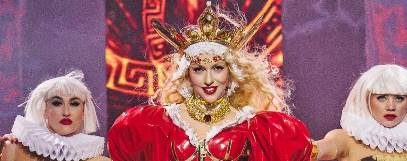 В образе королевы со свитой: Оля Полякова эффектно начала свое выступление на концерте