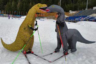 Чемпион мира по биатлону потренировался в костюме динозавра