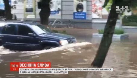 На Сумщині потужна злива перетворила вулиці міста в ріки