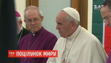 Папа Римський поцілував ноги лідерам Південного Судану, закликаючи припинити війну
