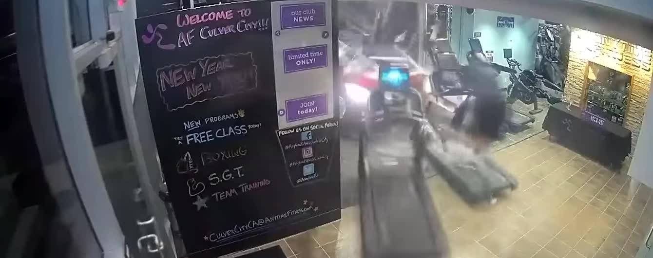В США камеры засняли автомобиль, который въехал в спортзал и снес мужчину с тренажера