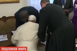 Заради миру: Папа Римський поцілував ноги лідерам Південного Судану